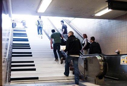 អ្នកធ្វើដំនើរជ្រើសរើសរវាង ជណ្តើរយន្ត និង ជណ្តើរ Piano